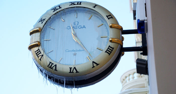 Laikrodis su varvekliais žiemą