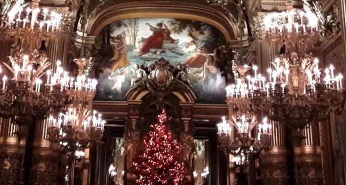 puošnaus teatro koridorius su kalėdinėmis dekoracijomis ir žvakėmis