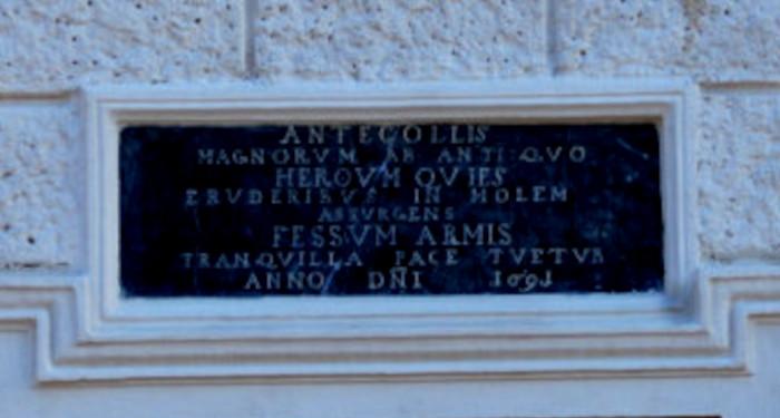 Inauguracine lentele virs portiko Sapiegu rumuose
